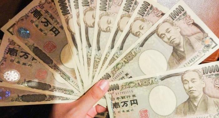 Nên mang tầm 100,000 ~ 200,000 yên (1000 ~ 2000 USD), nhớ đổi ra tiền yên,  không mang tiền VND hay USD (rất khó đổi USD vì ở Nhật chỉ xài JPY).